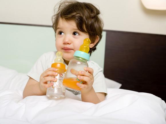 為什麼不給新生嬰兒喝水 [以及何時準備好喝水]
